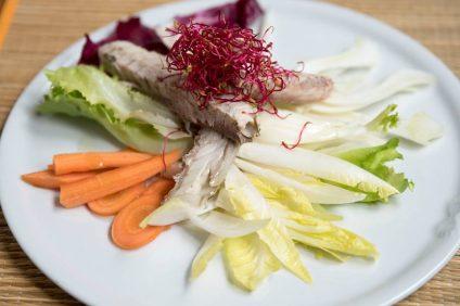 sgombro marinato nel piatto con verdure