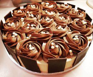 immagine della Torta cioccolato pralinato noci e panna cotta al dulcey