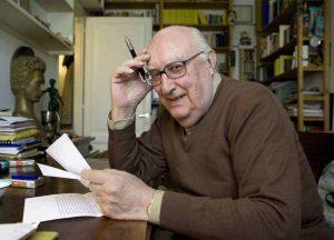 Andrea Camilleri - l'autore alla scrivania di lavoro