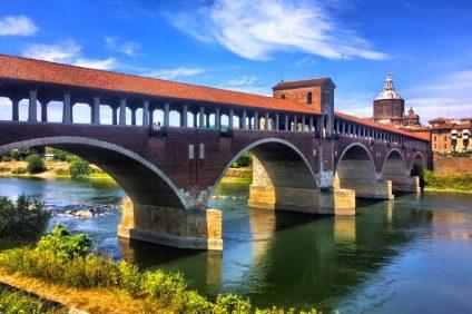 Scorcio del Ponte Coperto che collega Pavia a Borgo Ticino