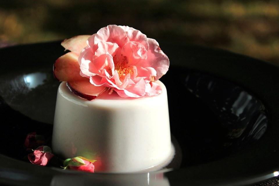 Panna cotta alle pesche con sciroppo di rose decorata con fiore