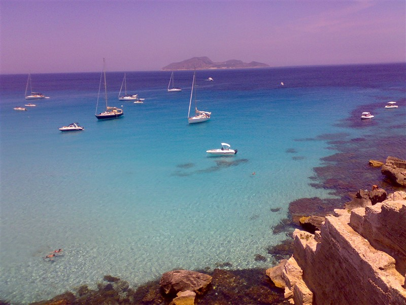 the crystal clear sea of the Cala Rossa cliff
