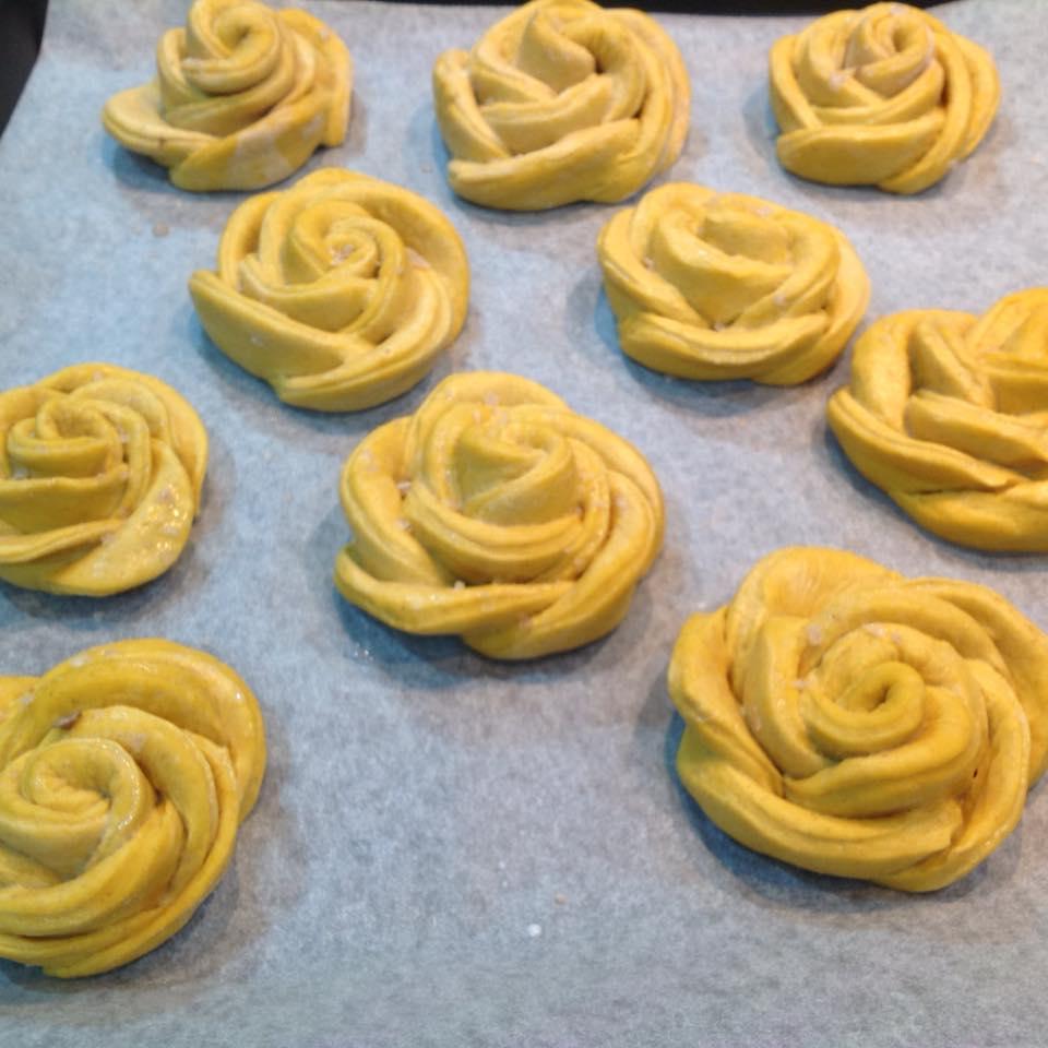 Rose di pane con zucca e cristalli di sale di Maldon affumicato su carta da forno
