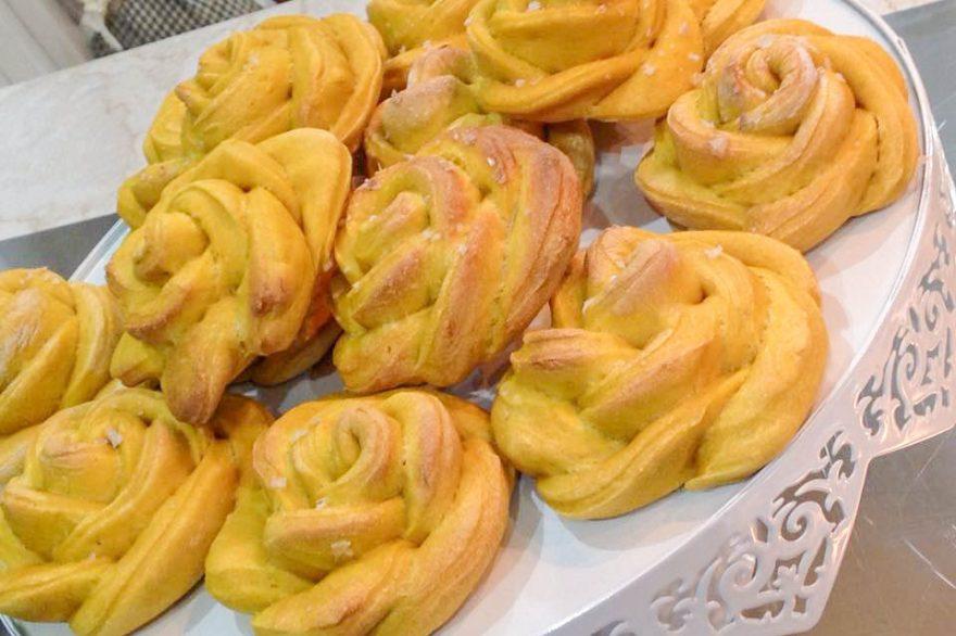 alzatina con le Rose di pane con zucca e cristalli di sale di Maldon affumicato