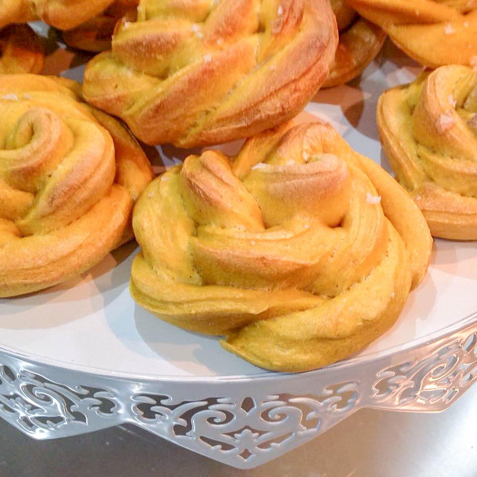 particolare delle Rose di pane con zucca e cristalli di sale di Maldon affumicato
