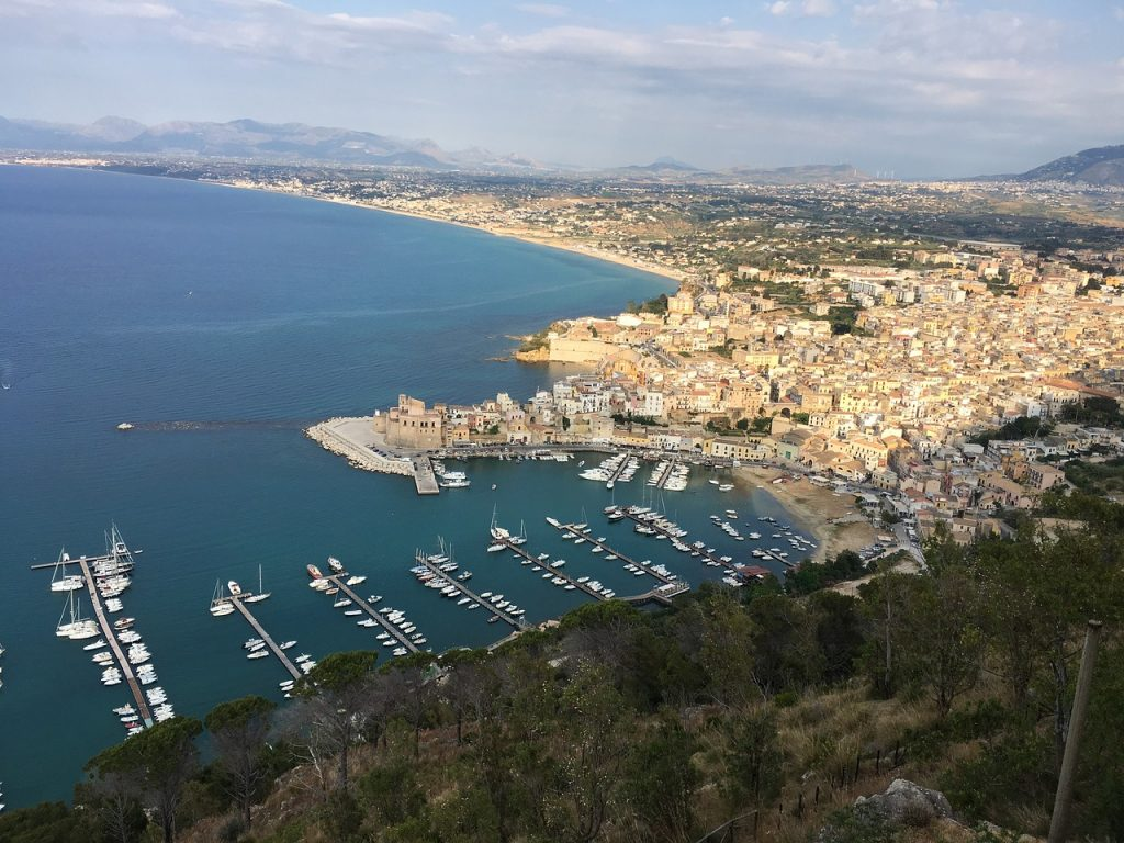 panorama del porto di Castellamare del Golfo nei pressi di Segesta