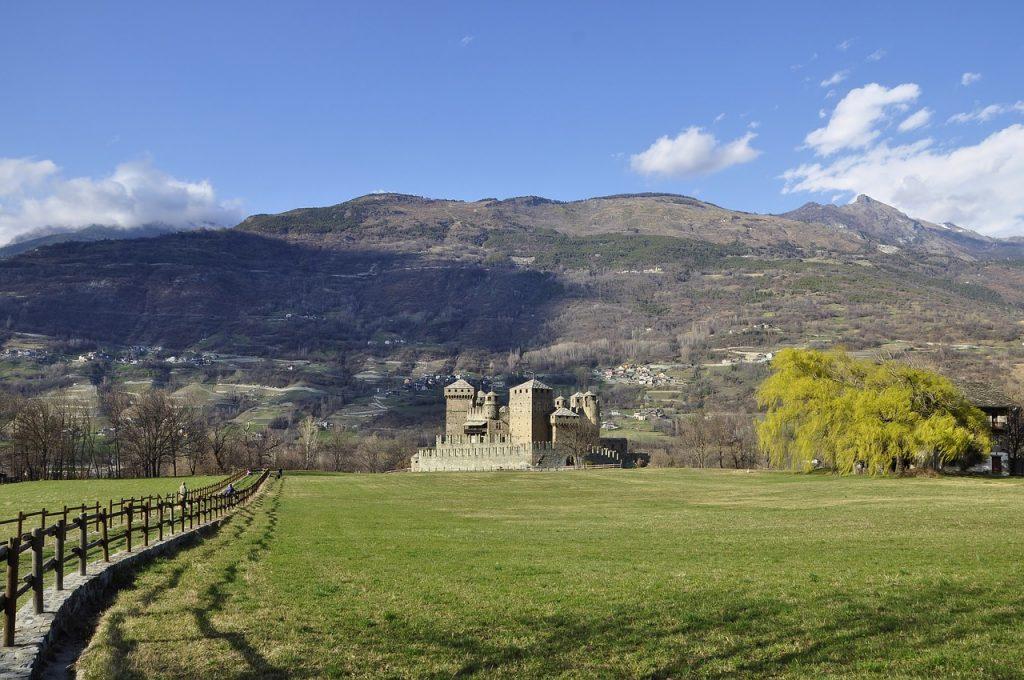Castello di Fénis visto da lontano