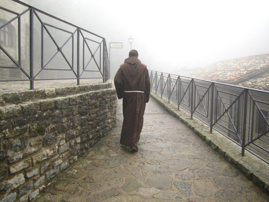 santuario della verna - monaco di spalle