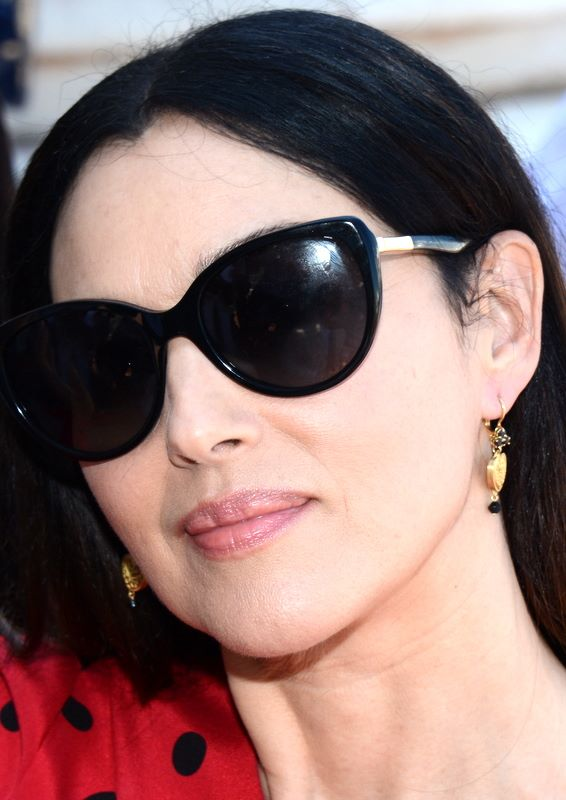 primo piano di Monica Bellucci con gli occhiali da sole