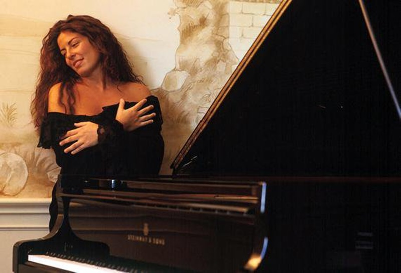 Cristiana Pegoraro - immagine di Cristiana Pegoraro accanto al piano