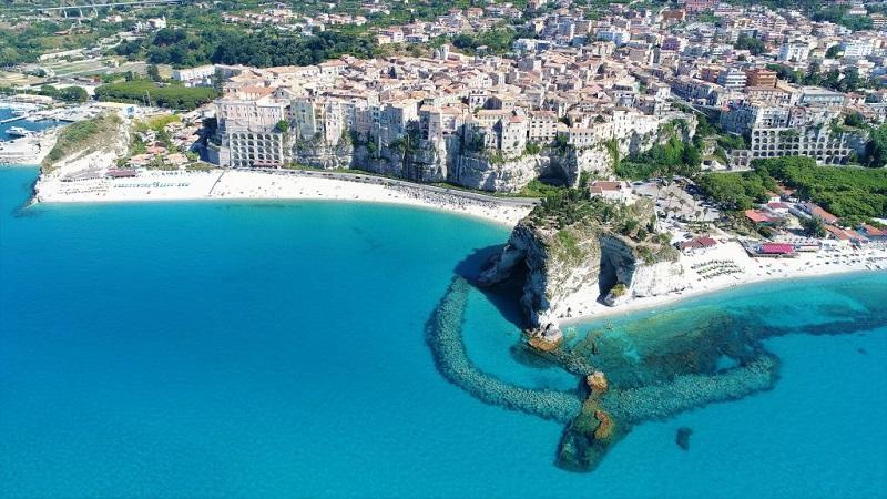 La spiaggia di Tropea vista dall'alto, una delle zone più belle de la Calabria