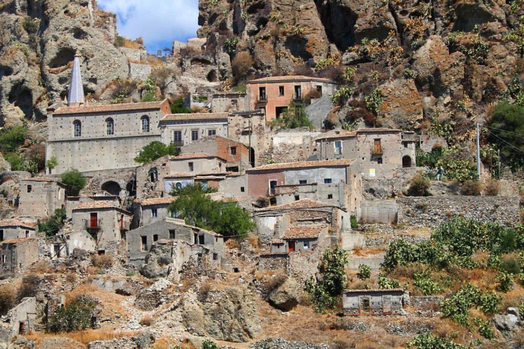 il borgo disabitato di Pentedattilo nella zona grecanica reggina