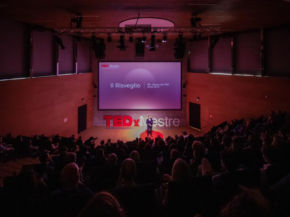 tedx -  auditorium di mestre illuminato da luci viola