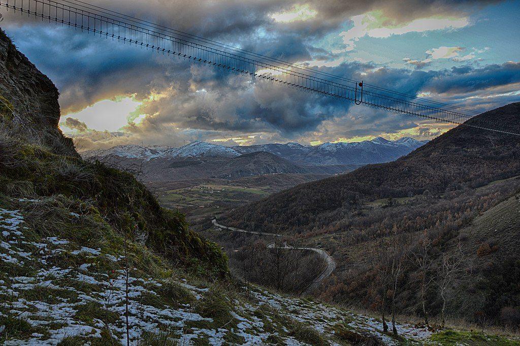 Sasso di Castalda. Il ponte tibetano attraversa il massiccio lucano