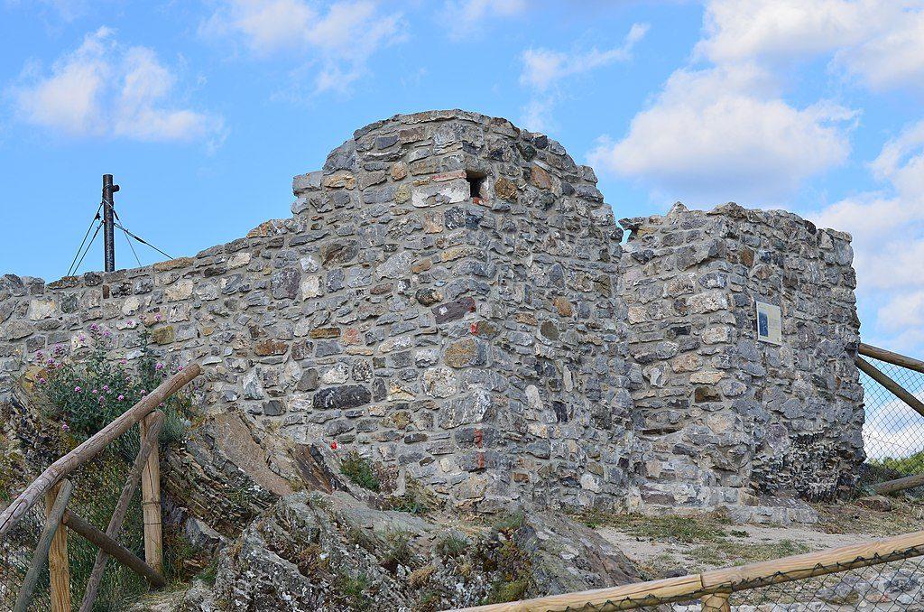 Sasso di Castalda. Immagine di ruderi storici in sasso