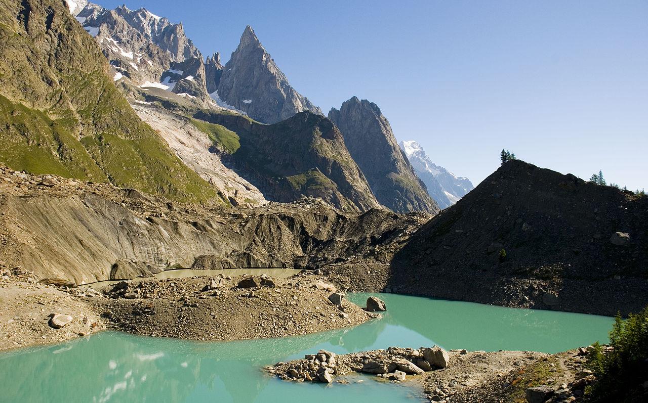Miage lake. Valle di Veny al cui centro si trova il lago del Miage le cui acque appaiono verde intenso