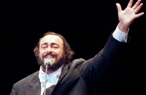 Luciano Pavarotti on stage that greets the audience