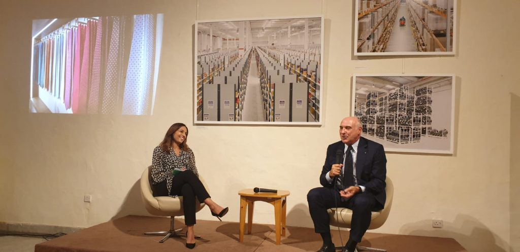 E. Marinella - il Dottor Maurizio Marinella sul palco insieme a Paola Stranges parla della sua attività