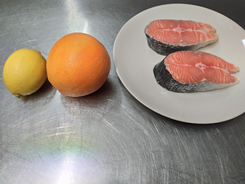 Salmon with chestnut honey and citrus fruits