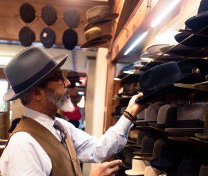 Borsalino - un maestro cappellaio che visiona i suoi cappelli