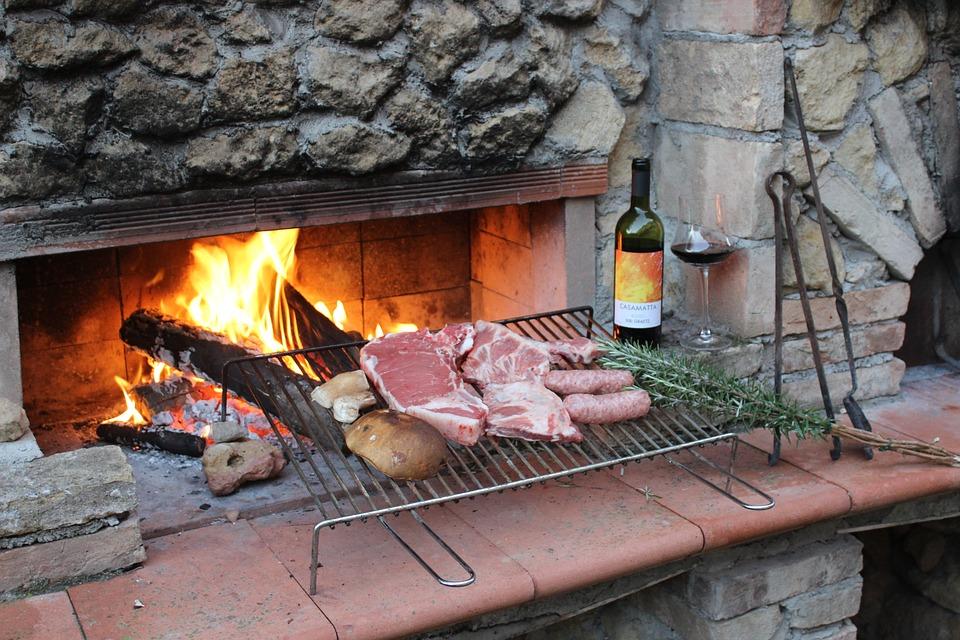 carne alla brace un bicchiere di vino nuovo da gustare al camino
