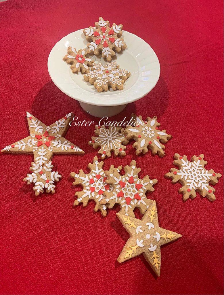 cenone di natale - biscotti natalizi con forma di stella e fiocco di neve