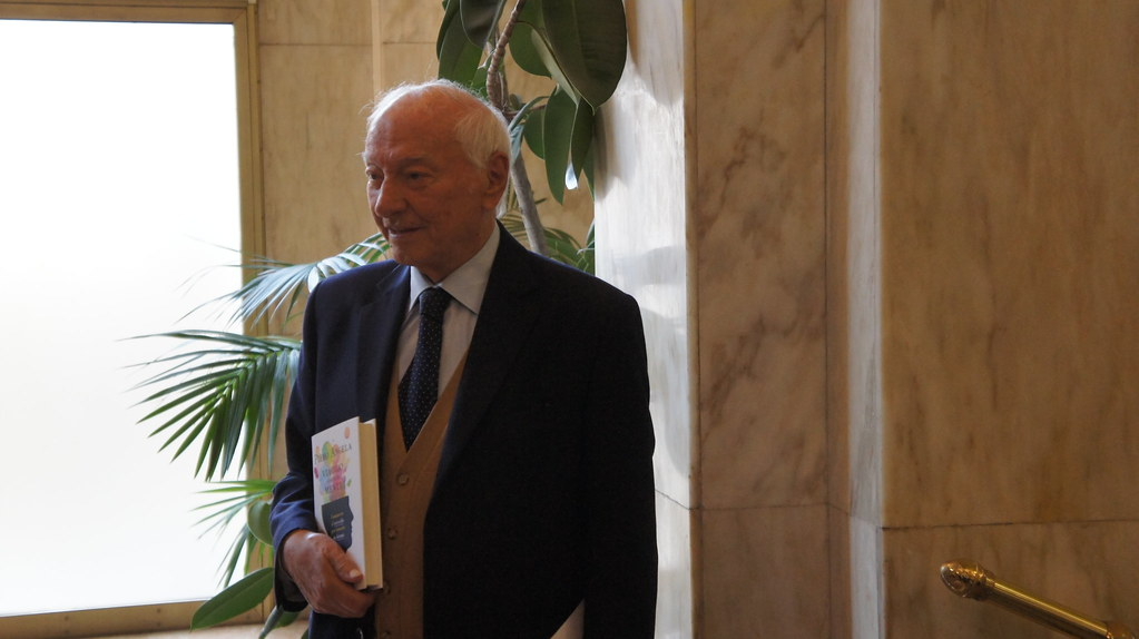 Piero Angela with a book