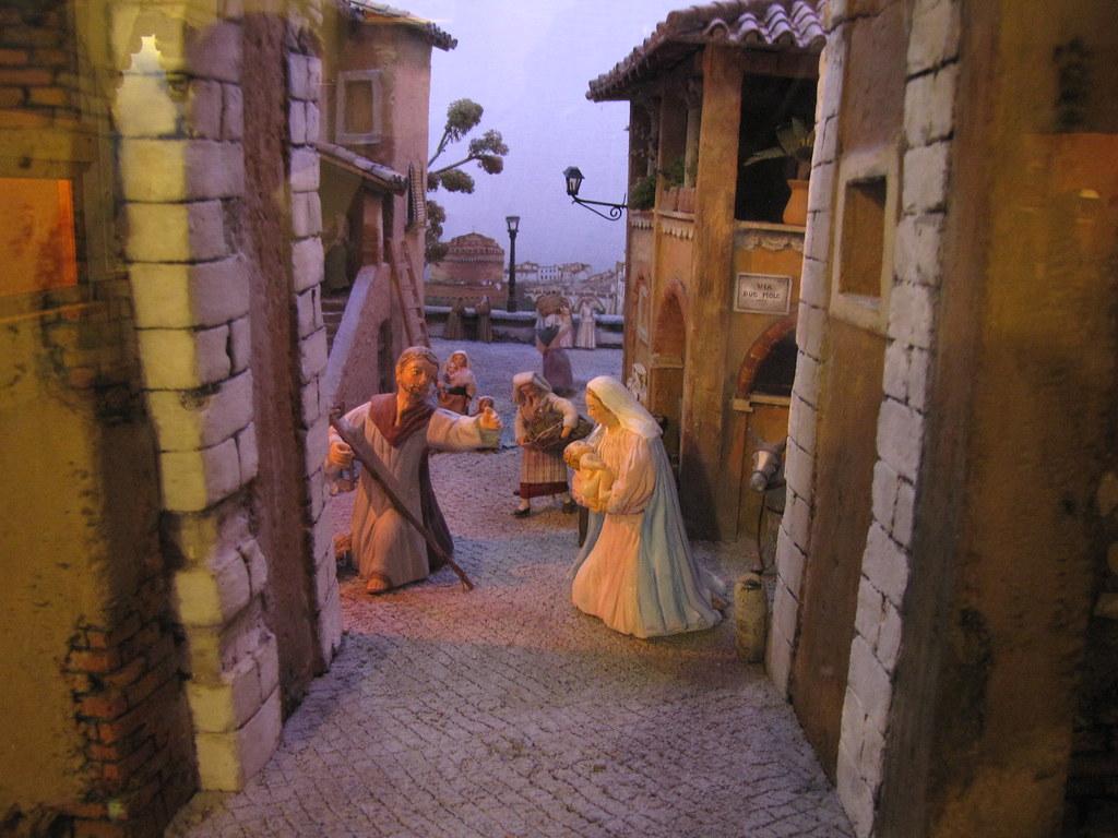 particolare del presepe di greccio con san giuseppe e maria con in braccio gesù bambino