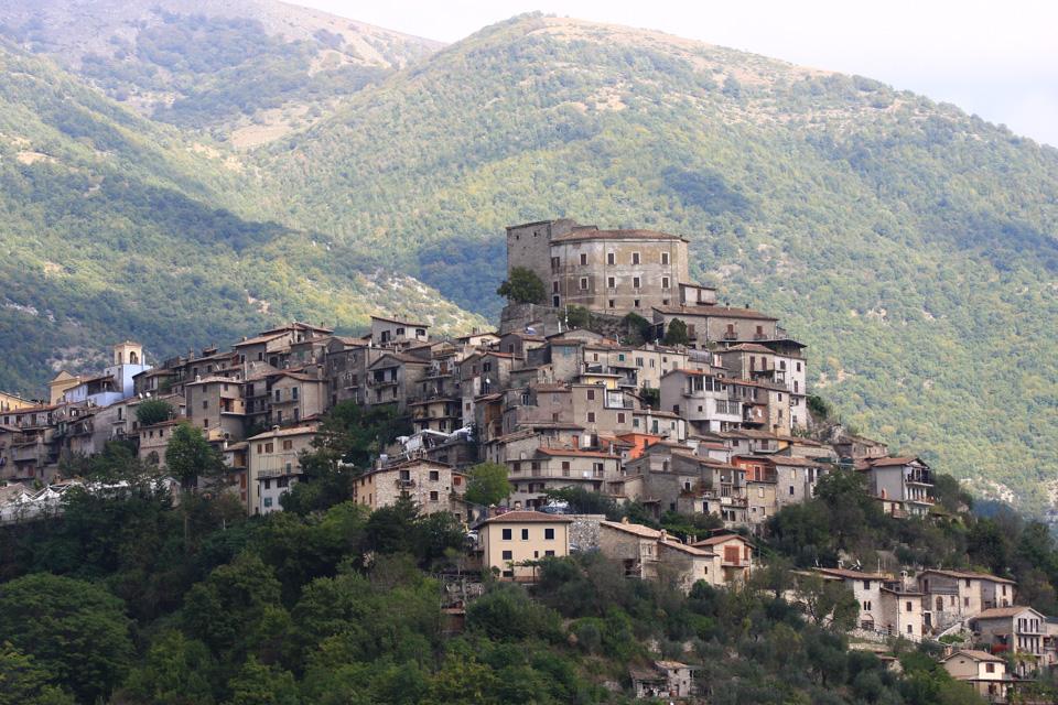 Il borgo di Colle di Tora appare come arroccato sul promontorio