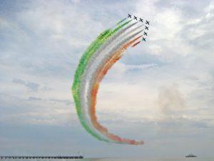 Vista delle frecce tricolori con scia colorata
