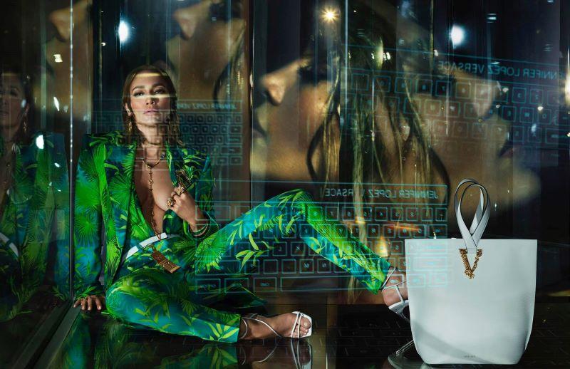 Jennifer Lopez per Versace  Ph:Photo by Mert Alas and Marcus Piggott / Art Partner