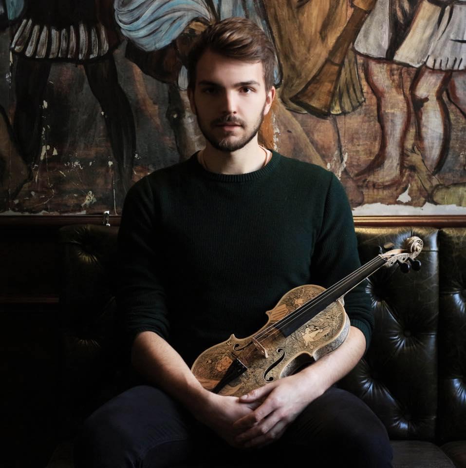 Leonardo Frigo in posa con un violino tra le braccia
