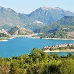 Vallate del Turano al cui centro risalta l'omonimo lago su cui si affaccia Colle di Tora