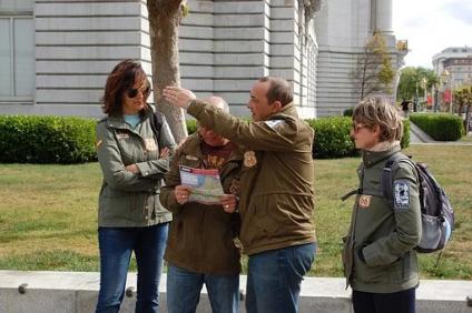 dare del lei - persone in strada che chiedono informazioni
