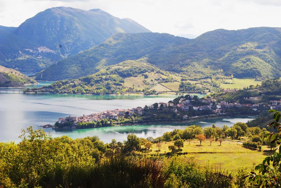 Immagine del borgo Colle di Tora affacciato sul lago del Turano
