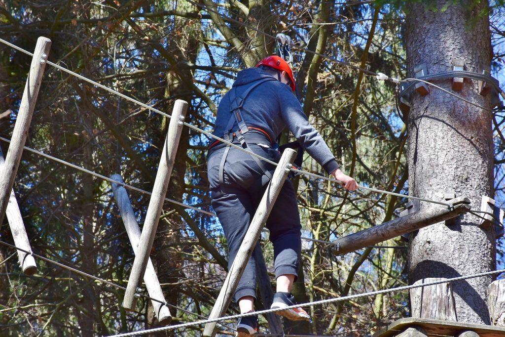 Parco Alta Fune di Vipiteno con dettaglio su un ponte in corda