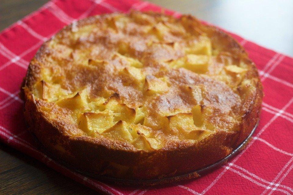 torta di mele pronta su vassoio