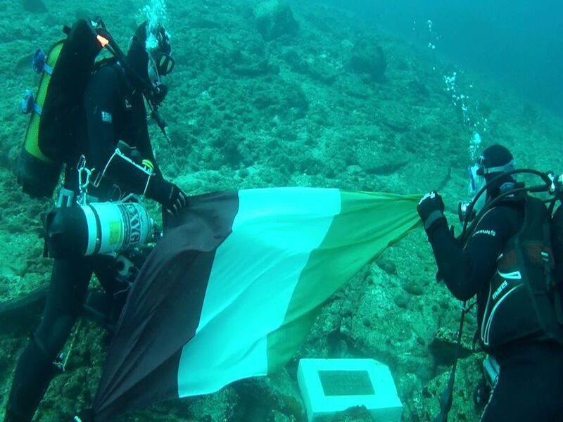 Zervoudis e il team di sub depongono la bandiera italiana sul relitto del naufragio dell'Oria