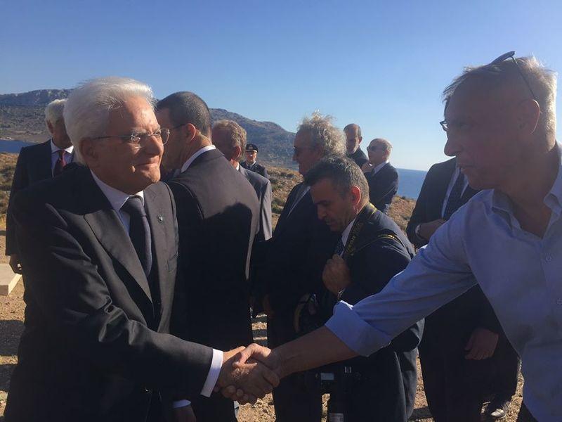 Il Presidente Sergio Mattarella stringe la mano ad Aristotelis Zervoudis sul Monumento ai caduti dell'Oria