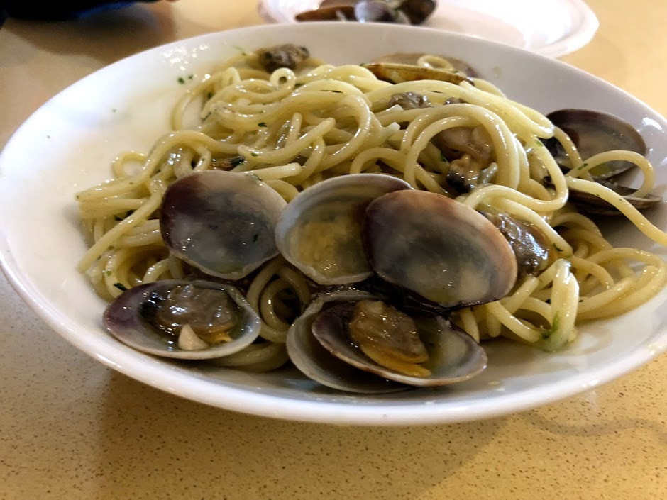 Spaghetti with clams on the plate