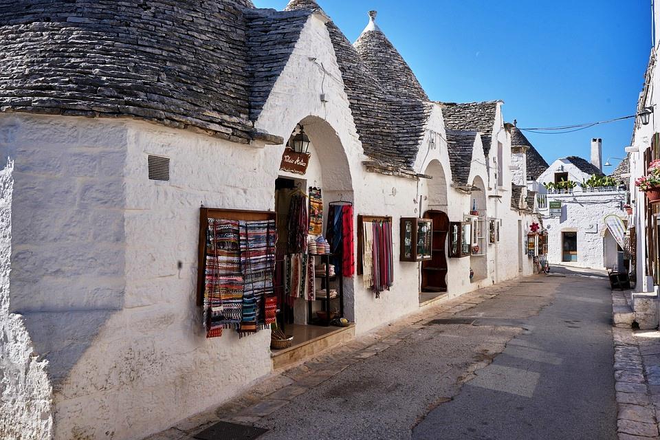 Trulli di Alberobello - gli ingressi dei negozi