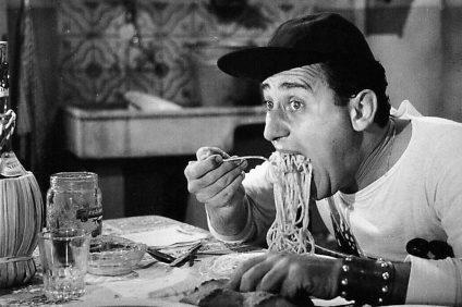 """Alberto Sordi nella scena del film """"un americano a roma"""""""