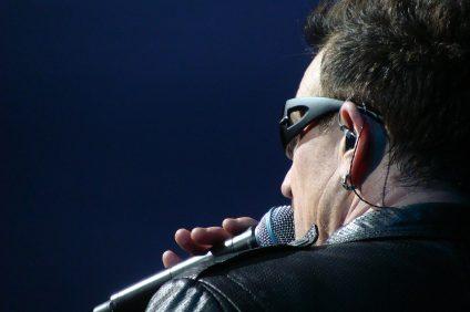 Bono Vox durante un'esibizione musicale