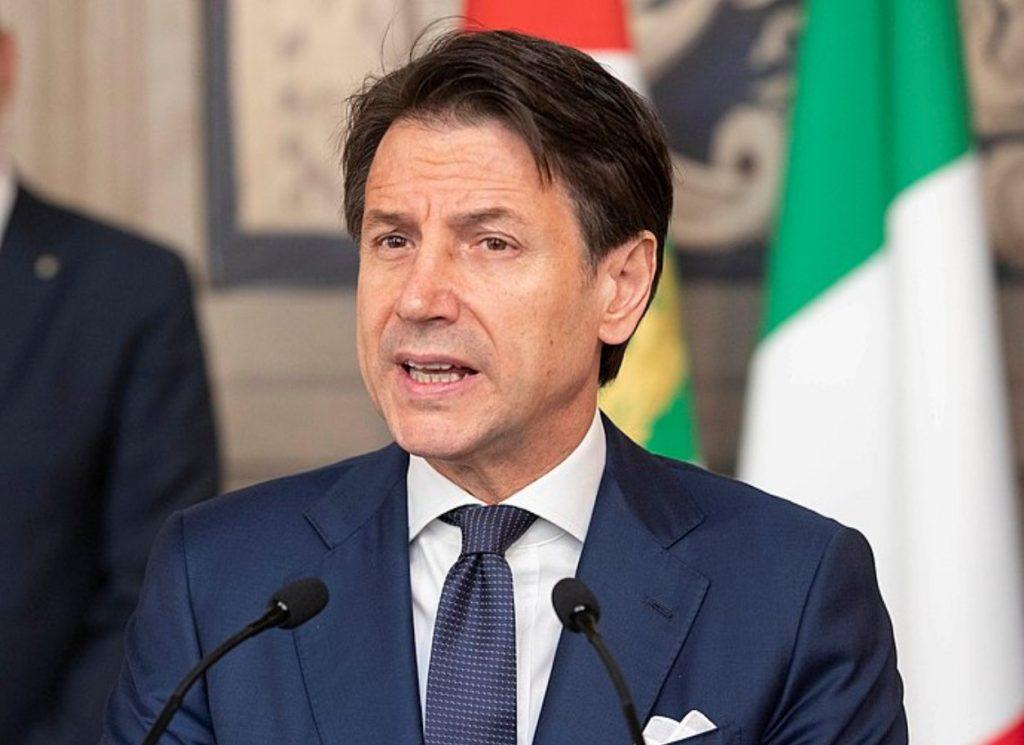 Giuseppe Conte firma il dpcm con le nuove misure
