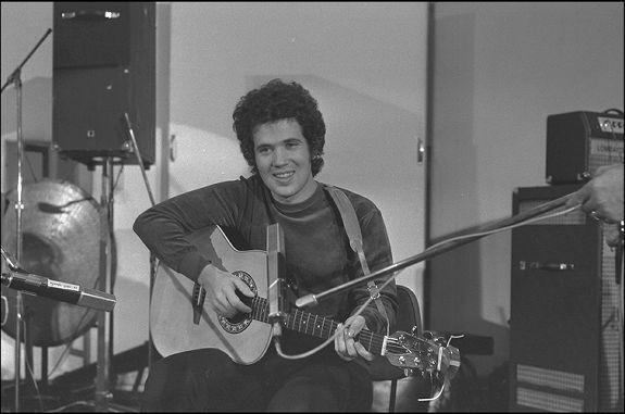 foto in bianco e nero di lucio battisti con la chitarra