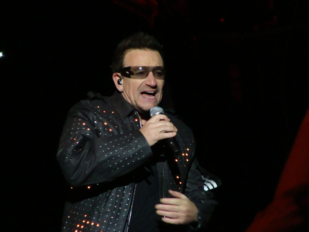 Bono Vox durante un concerto