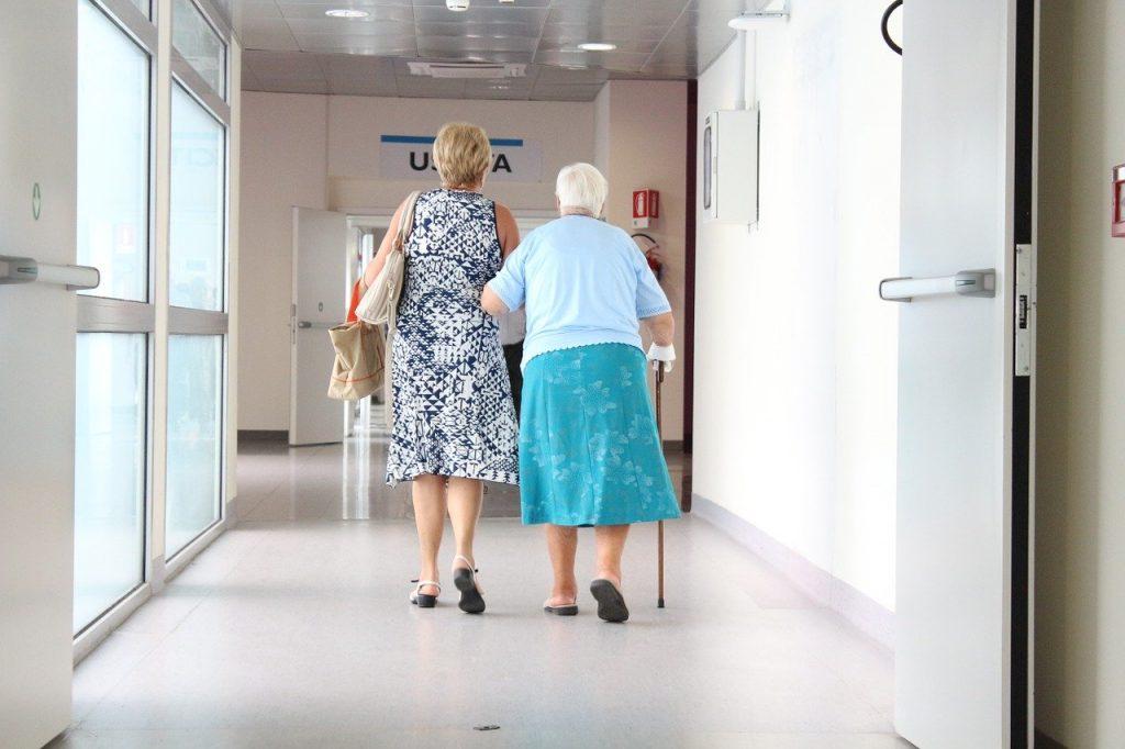 anziana in corsia dell' ospedale