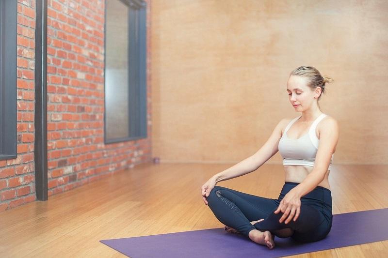 exercising attività fisica e yoga in casa
