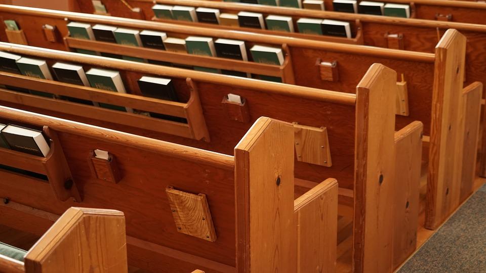 chiesa con i banchi vuoti