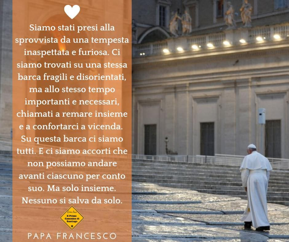 papa francesco che cammina da solo